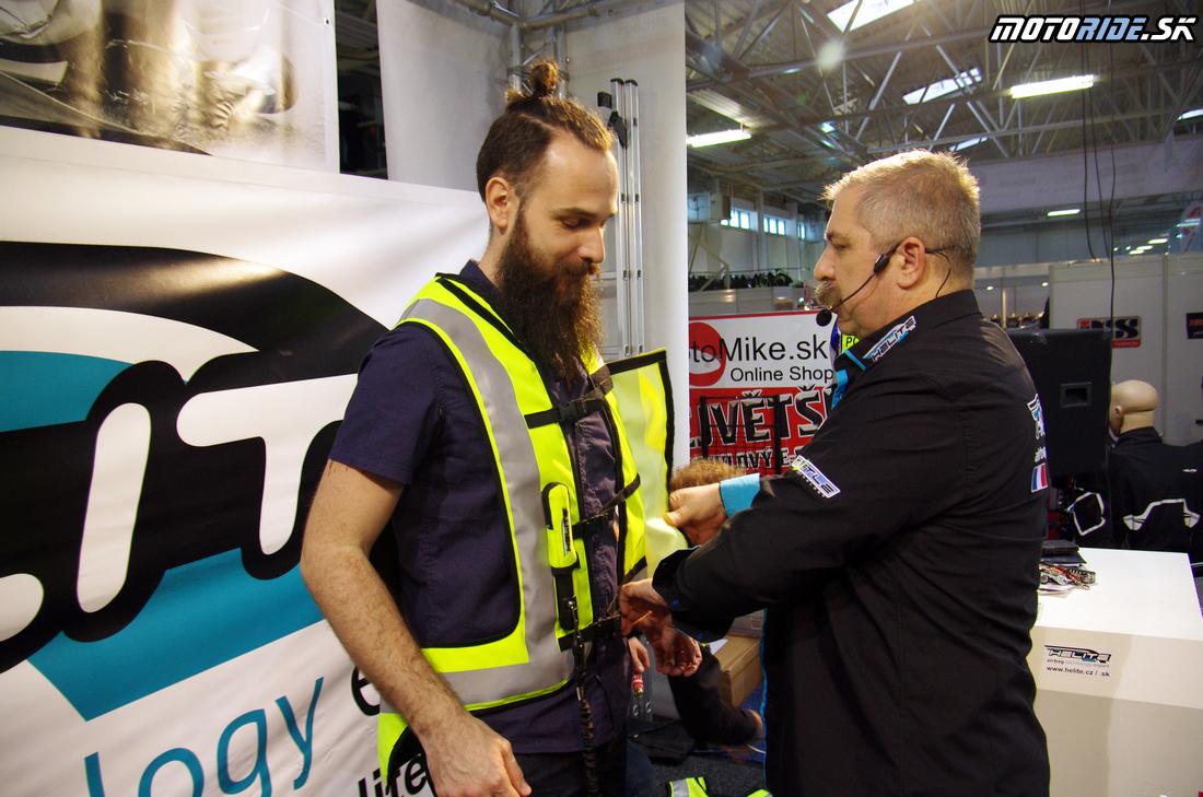 30360d8ee37fb Ešte pred výstavou Motocykel vyhlásil autorizovaný dovozca airbagových búnd  Helite, česká spoločnosť Top moto, súťaž o airbagovú vestu Turtle.
