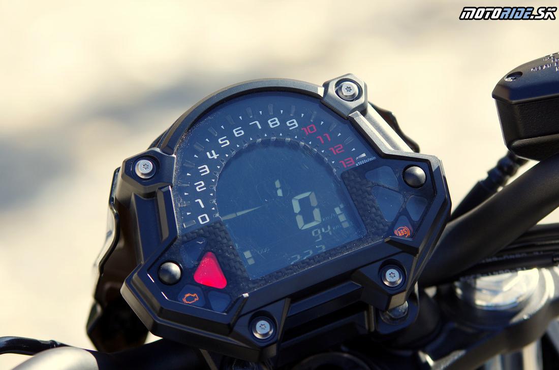 Prístrojovka má odteraz väčší displej - nechýba indikátor zaradenej rýchlosti - Kawasaki Z650 2017