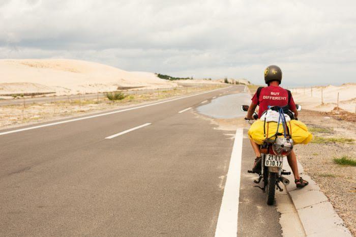Púštne duny. Cesta okolo Mui Ne. Pred obdobím dažďov