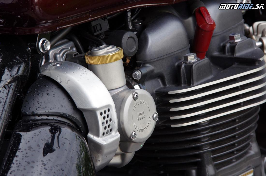 Vstrekovače sú schované v obale pripomínajúcom karburátory - Triumph Bonneville Bobber 2017
