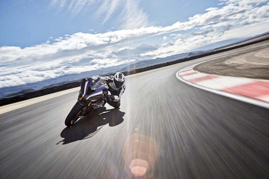 BMW odhalilo finálnu podobu racingovej chuťovky HP4 Race