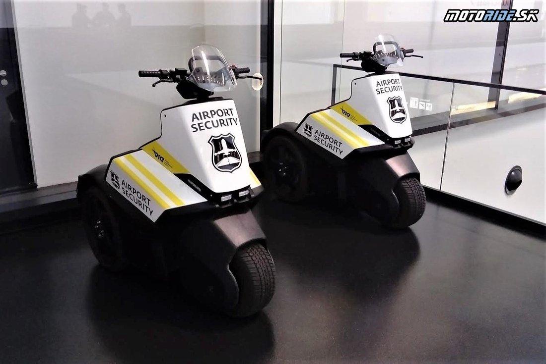 Trojstopové vozidlo na letisku :)