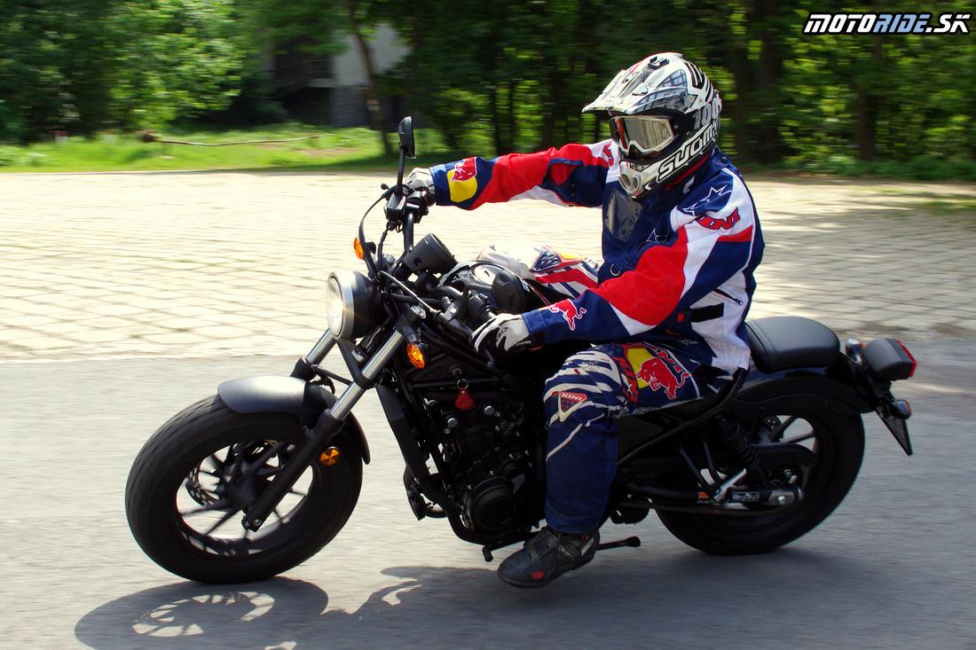 Super outfit, šéfko! :) - Na rebelantskú motorku patrí rebel jazdec :) - Honda Rebel 500 2017