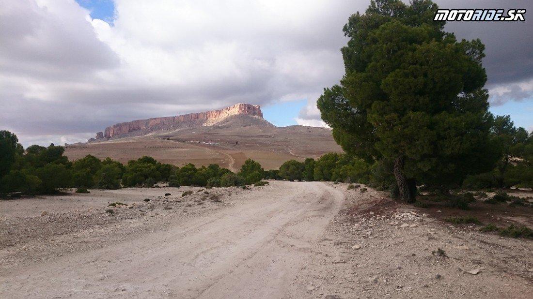Table de Jugurtha - stolová hora 1271 m.n.m - pohraničie s Alžírskom - Naživo: Na Afrikách do Afriky - Africa Twin Tunisia Adventure