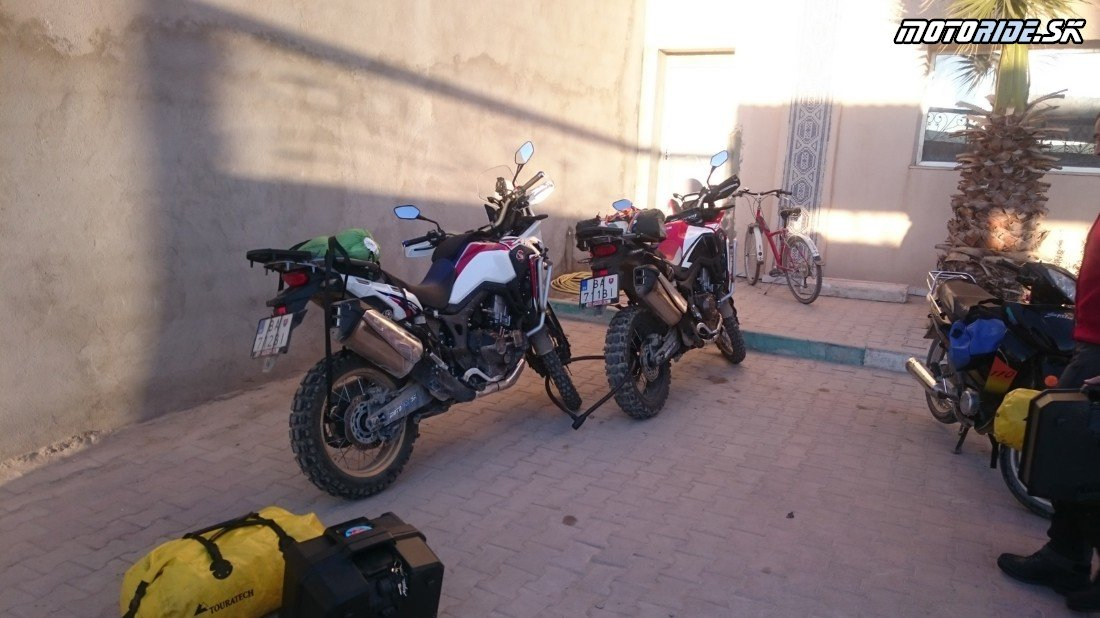 Dobré ráno z Thelepte, smerujeme na Romelovu cestu a na juh k Sahare - Naživo: Na Afrikách do Afriky - Africa Twin Tunisia Adventure