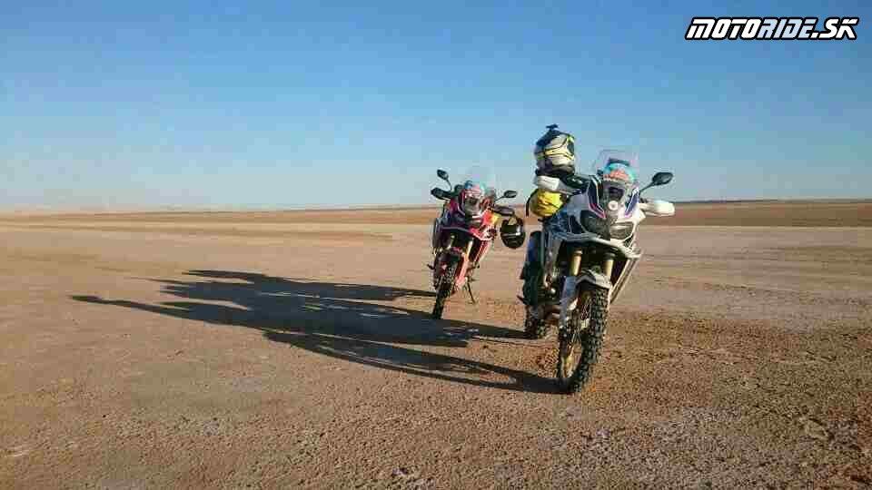 Soľne jazero Chott El Garsa - Naživo: Na Afrikách do Afriky - Africa Twin Tunisia Adventure