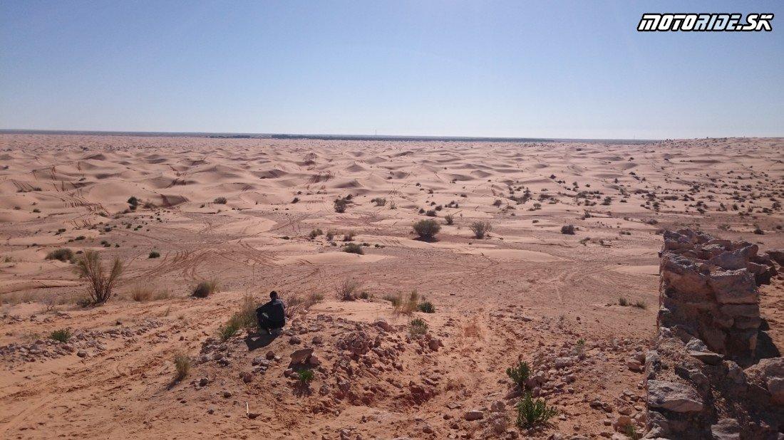 V pozadí oáza Ksar Ghilane, pohľad z pevnosti - Naživo: Na Afrikách do Afriky - Africa Twin Tunisia Adventure