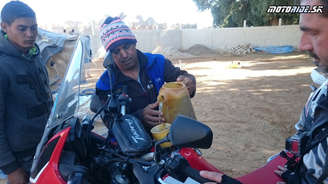Ksar Ghilane - tankovanie - stolová hora El Mida, prameň a späť - Naživo: Na Afrikách do Afriky - Africa Twin Tunisia Adventure