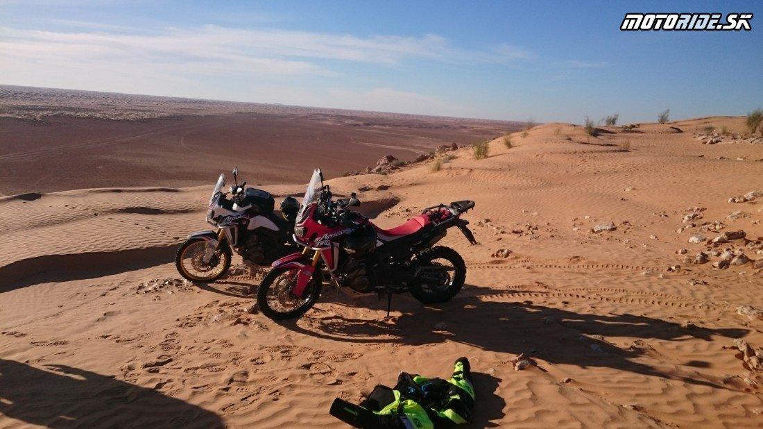 Ksar Ghilane - stolová hora El Mida, prameň a späť - Naživo: Na Afrikách do Afriky - Africa Twin Tunisia Adventure