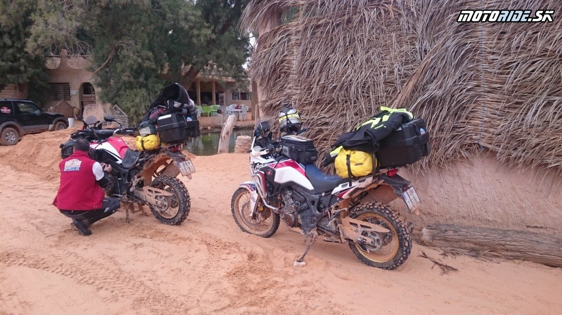 Opúšťame Ksar Ghilane smer juh - Naživo: Na Afrikách do Afriky - Africa Twin Tunisia Adventure