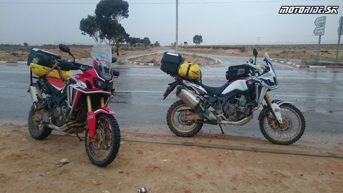 Foum Tataouine - prší, prší ;-) - Naživo: Na Afrikách do Afriky - Africa Twin Tunisia Adventure