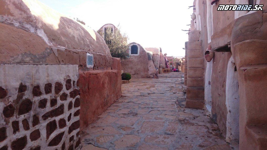 Ksar Hadada (StarWars) a nocľah na pláži pri Djerbe - Naživo: Na Afrikách do Afriky - Africa Twin Tunisia Adventure