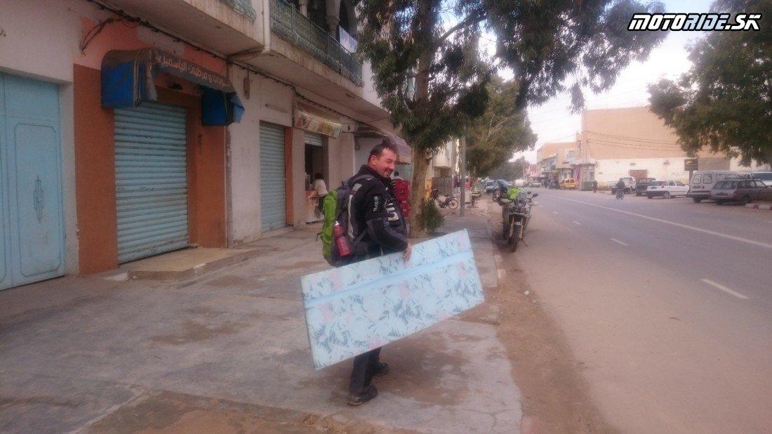 Djerba, podzemné domy Matmata a znovu do dún Douz - Naživo: Na Afrikách do Afriky - Africa Twin Tunisia Adventure