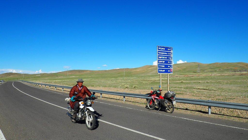 Typický Mongol. Vymenil koňa za čínsku motorku