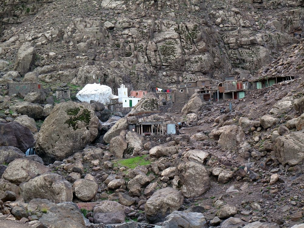 Známa náboženská biela skala, nedovolili sa nám k nej priblížiť -  Djebel Toubkal