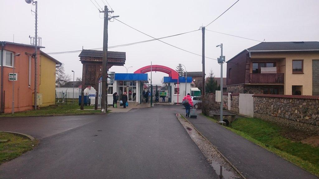 Veľké Slemence - dedina ktorú po II. svetovej vojne rodelili na polovicu - drevenné polbrány to symbolizujú jedna je na SK druhá na UA strane