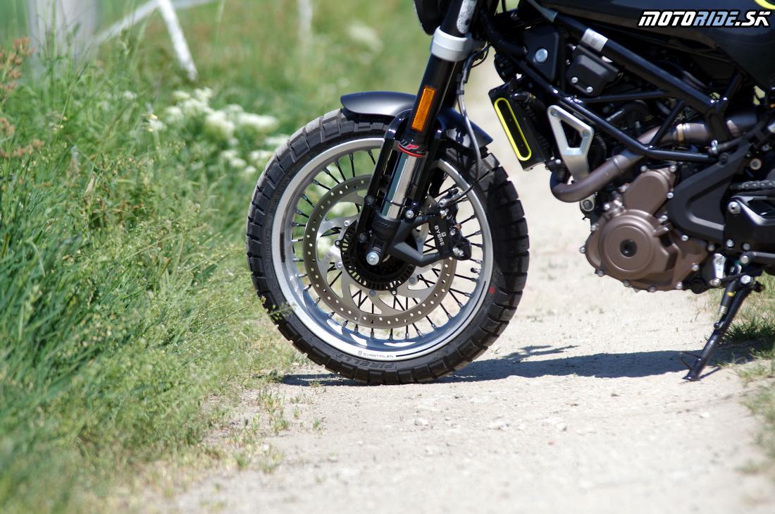 Rozmerný predný kotúč hravo motorku spomalí -  Husqvarna Svartpilen 401 2018