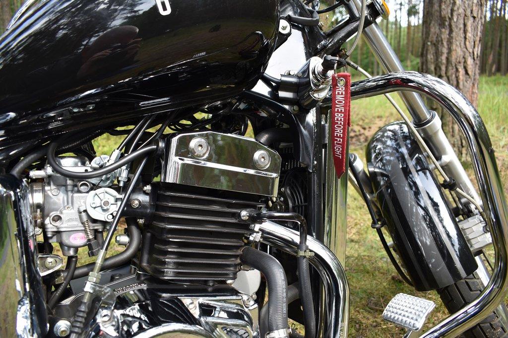 Radový dvojvalec s klasickými karburátormi.