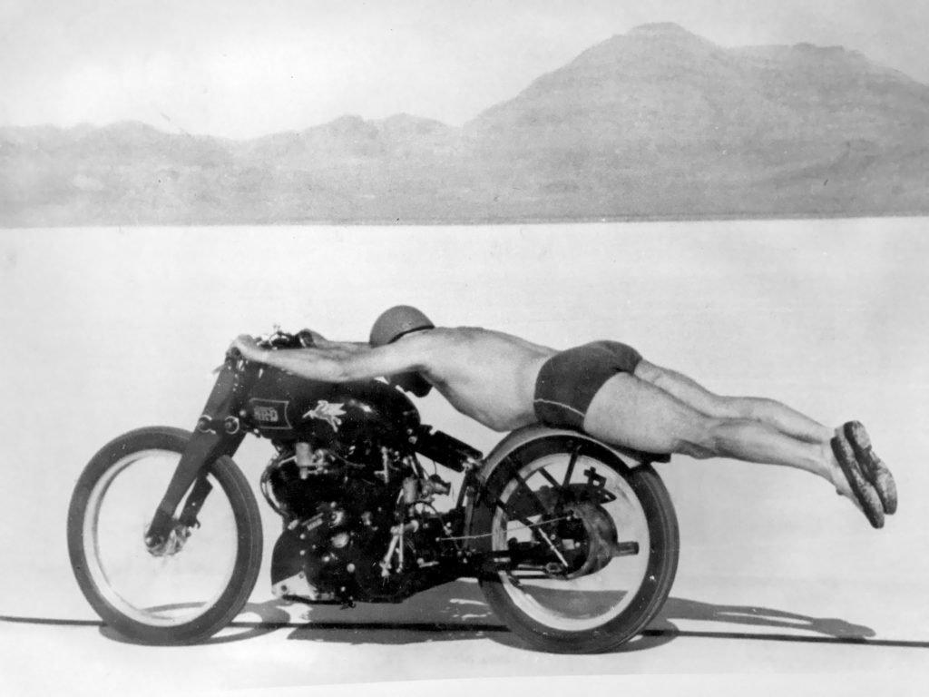 Rollie Free (Vincent HRD Black Lightning) a jeho úspešný rýchlostný rekord v plavkách na soľných rovinách Bonneville v Utahu
