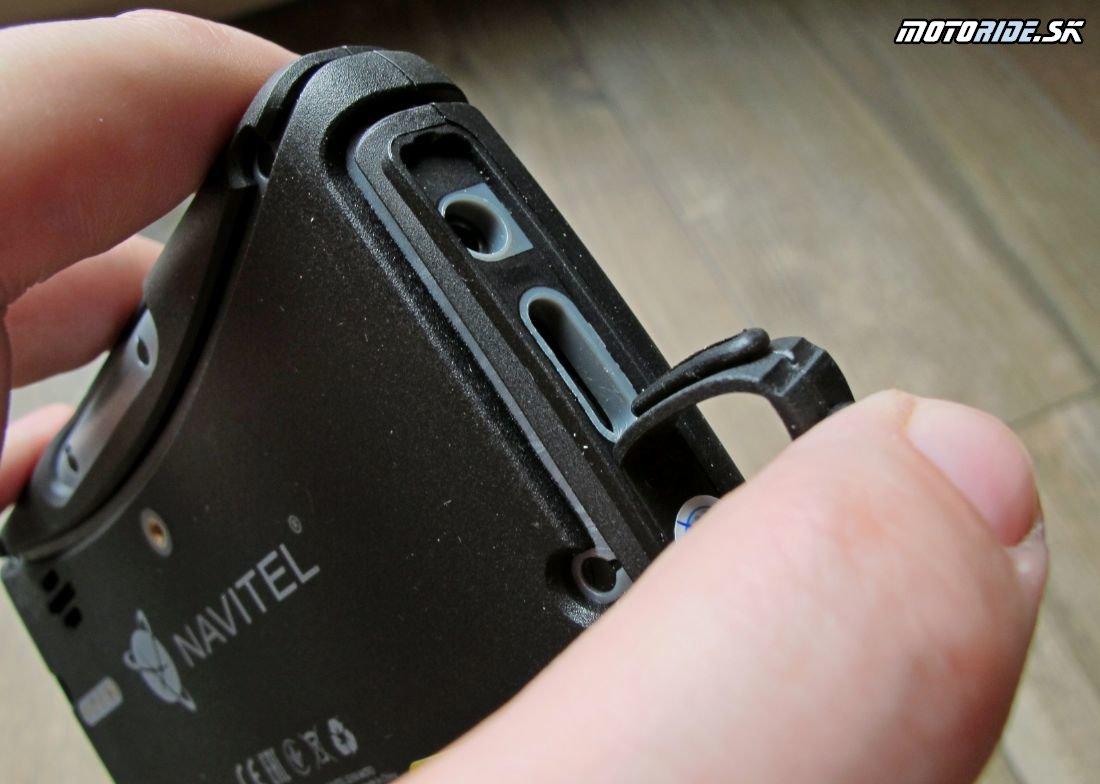 Navitel G550 - konektory zboku - malý jack ako audiovýstup, slot na microSD kartu, plus miniUSB na dáta