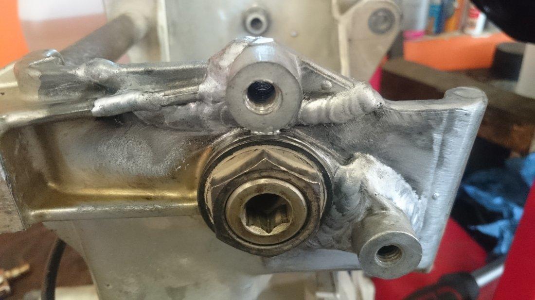 Prasknutý držial ľavej stupačky po zavarení - Oprava po prasknutí rámu - Blog: Prestavba BMW R1150GS RR Enduro by Awia dokončená (servis WP)