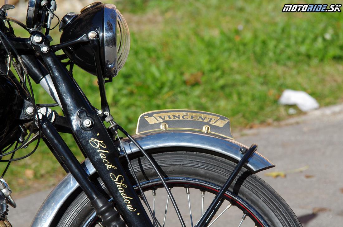 Predná vidlica vlastnej konštrukcie s centrálnym tlmičom - Vincent Black Shadow 1951 - legendárny stroj, ktorý predbehol svoju dobu