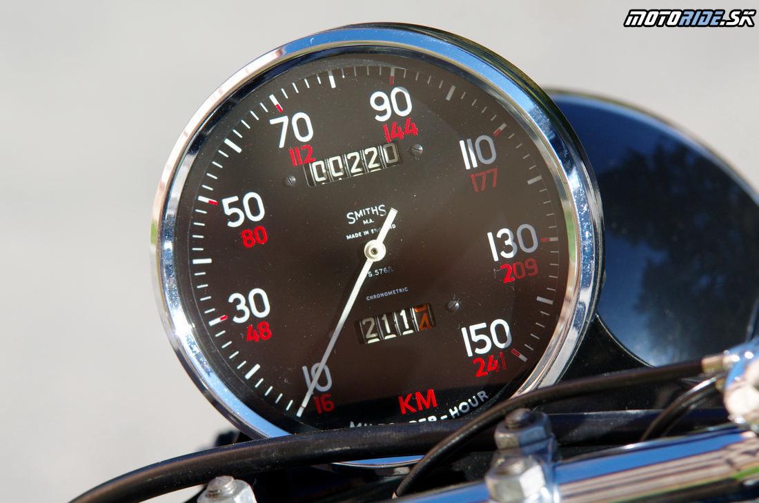 Veľký 5-palcový tachometer Smiths ciachovaný do 150 míľ/h - Vincent Black Shadow 1951 - legendárny stroj, ktorý predbehol svoju dobu