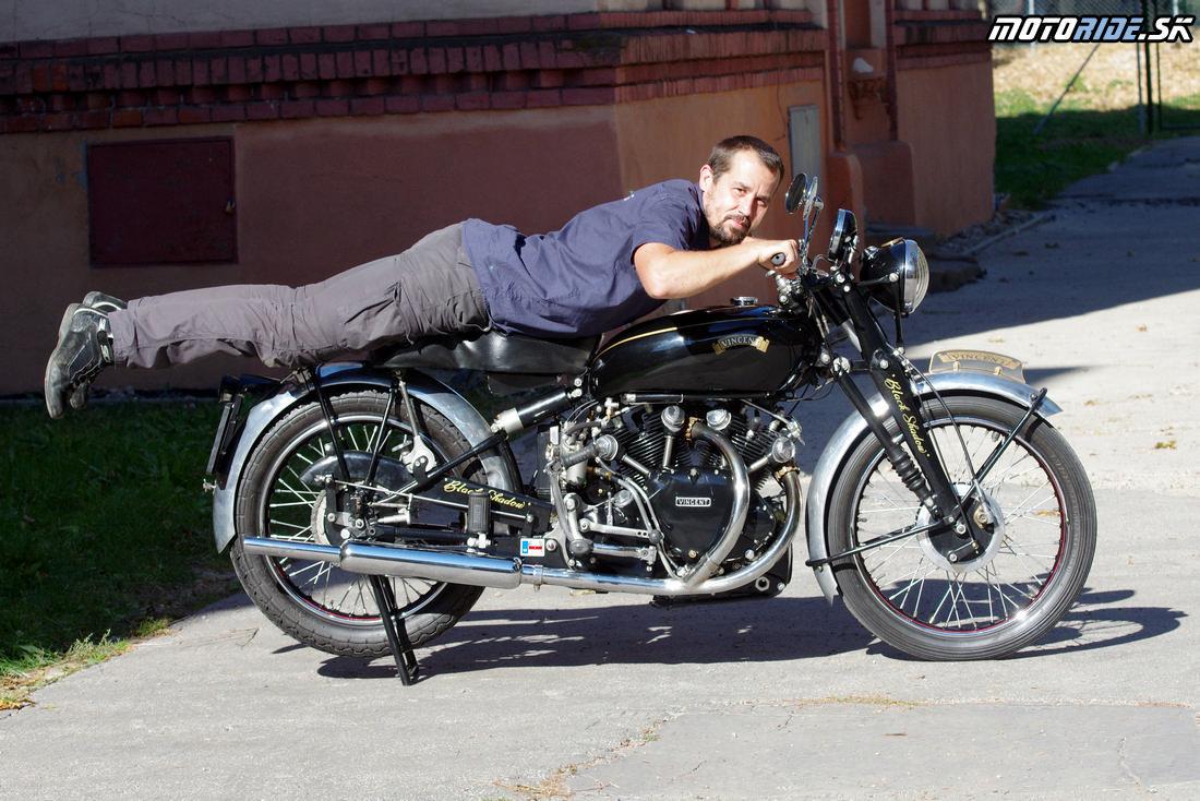 Je ťažké si predstaviť že letím na tomto v tejto pozícii takmer 250 kmh po soľnej planine - Vincent Black Shadow 1951 - legendárny stroj, ktorý predbehol svoju dobu