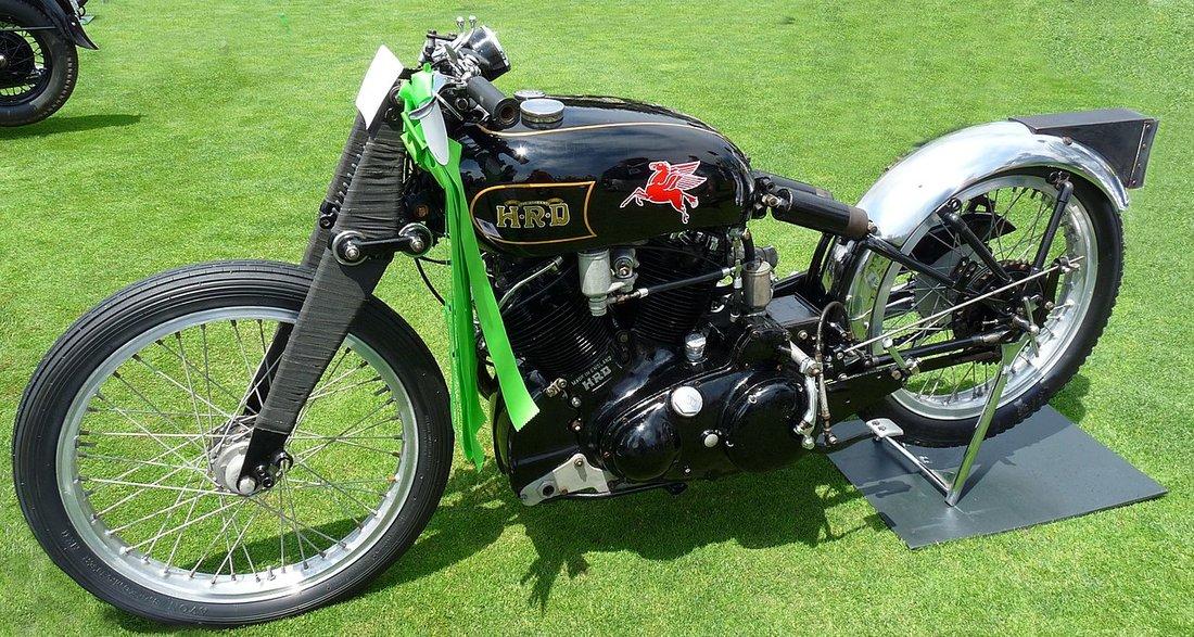 Motocykel Vincent Black Lightning na ktorom Rollie Free v roku 1948 spravil rýchlostný rekord vystavený na Pebble Beach v roku 2009