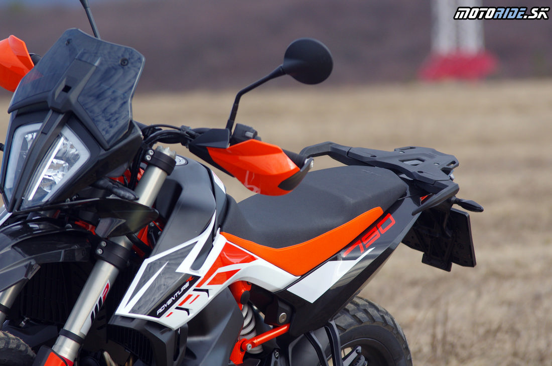 Bočné platsy ako na endure - ľahko vymeniteľné, možnosť polepov - Prvé dojmy z jazdy na KTM 790 Adventure R 2019