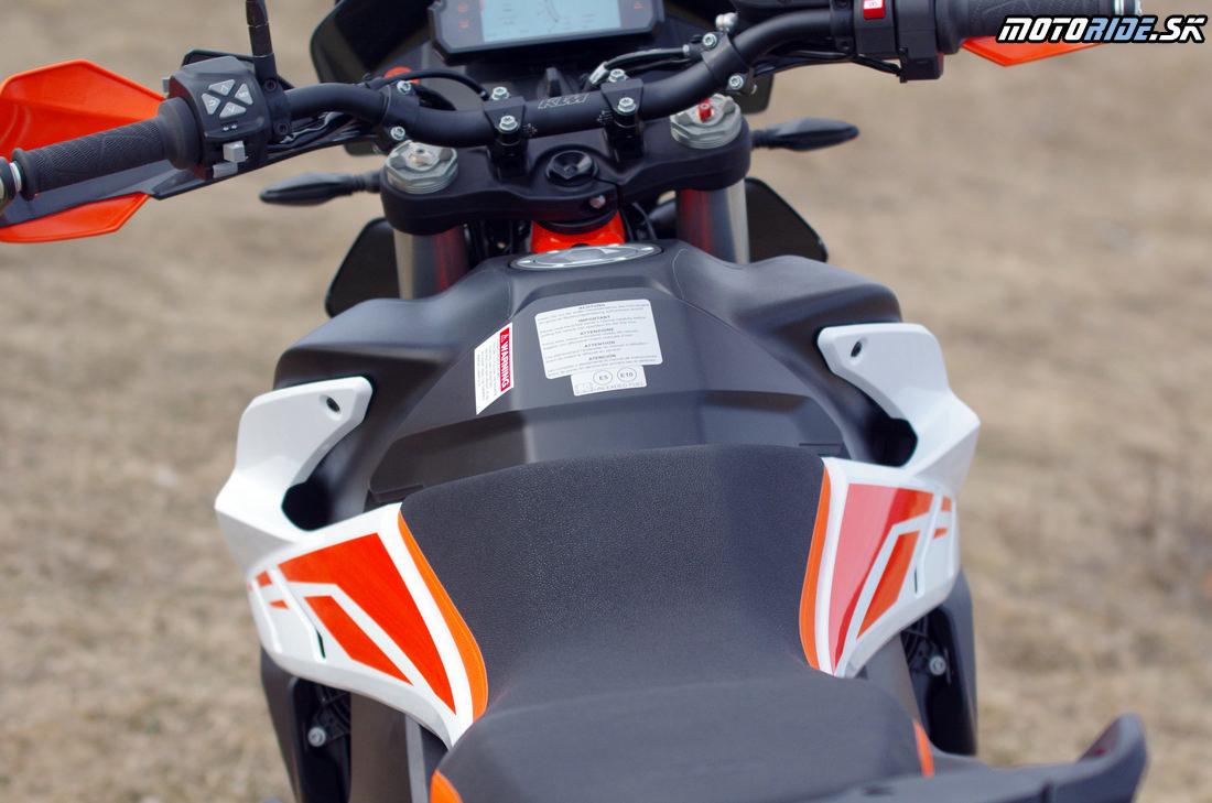 Štíhle sedlo a nádrž - Bočné platsy ako na endure - ľahko vymeniteľné, možnosť polepov - Prvé dojmy z jazdy na KTM 790 Adventure R 2019