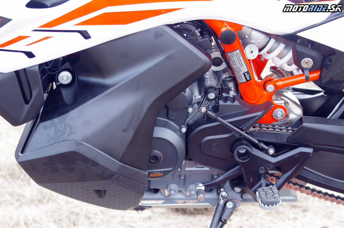 Motor a dole položená palivová nádrž s plastovým padacím krytom - Prvé dojmy z jazdy na KTM 790 Adventure R 2019