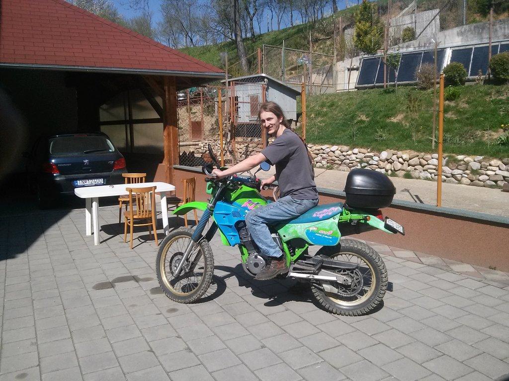 Kawasaki KLR600 - Tatino ma fotil v deň keď sa doviezla :)
