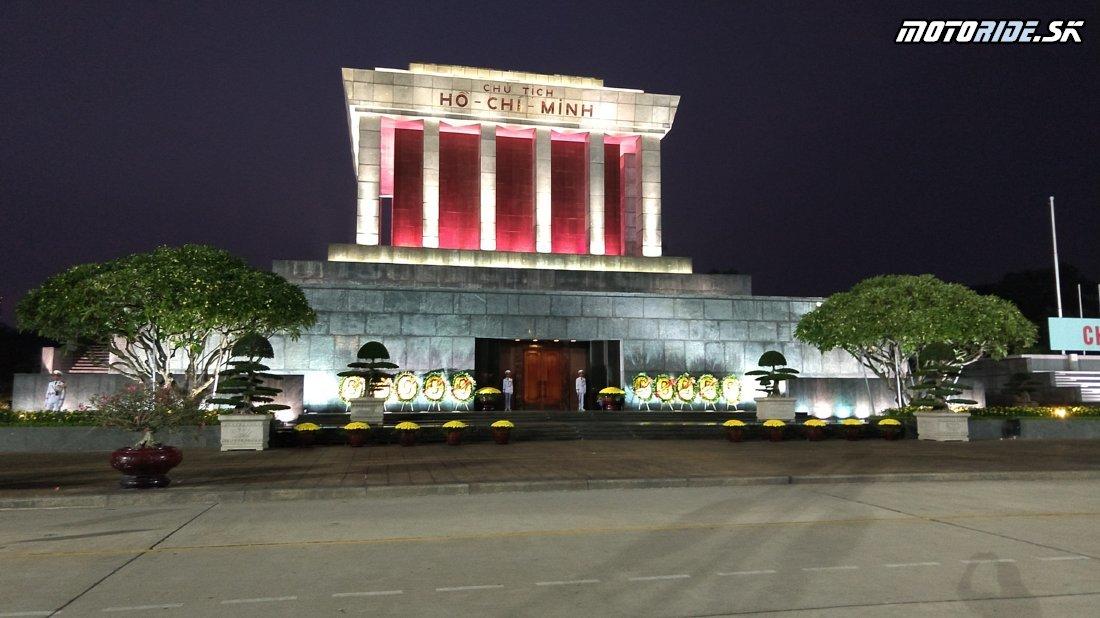 Hanoj: Život, Vojenské múzeum, Ho-Či-Minovo mauzóleum, 3-ja na moto a žaby na večeru :-) - Naživo: Vietnam moto trip 2019