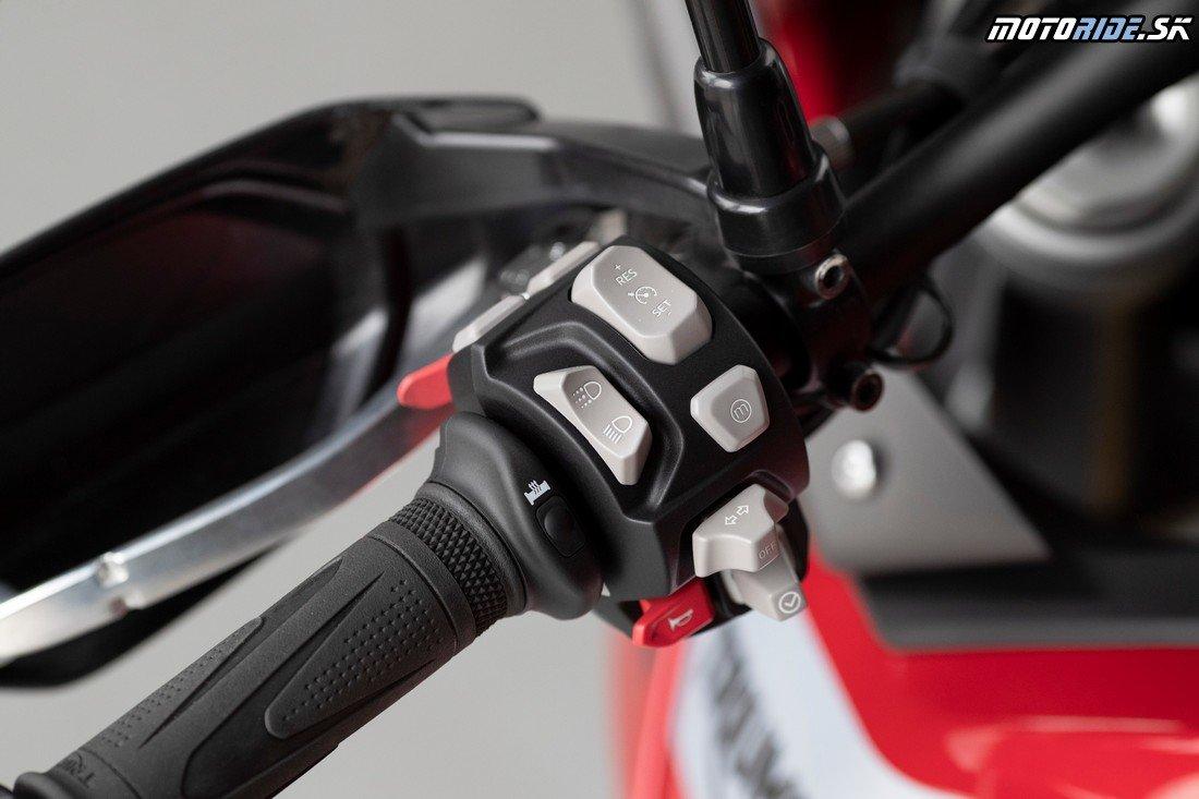 Podsvietné ovládače na riaditkách, tempomat a vyhrievané rukoväte. - Triumph Tiger 900 GT Pro 2020