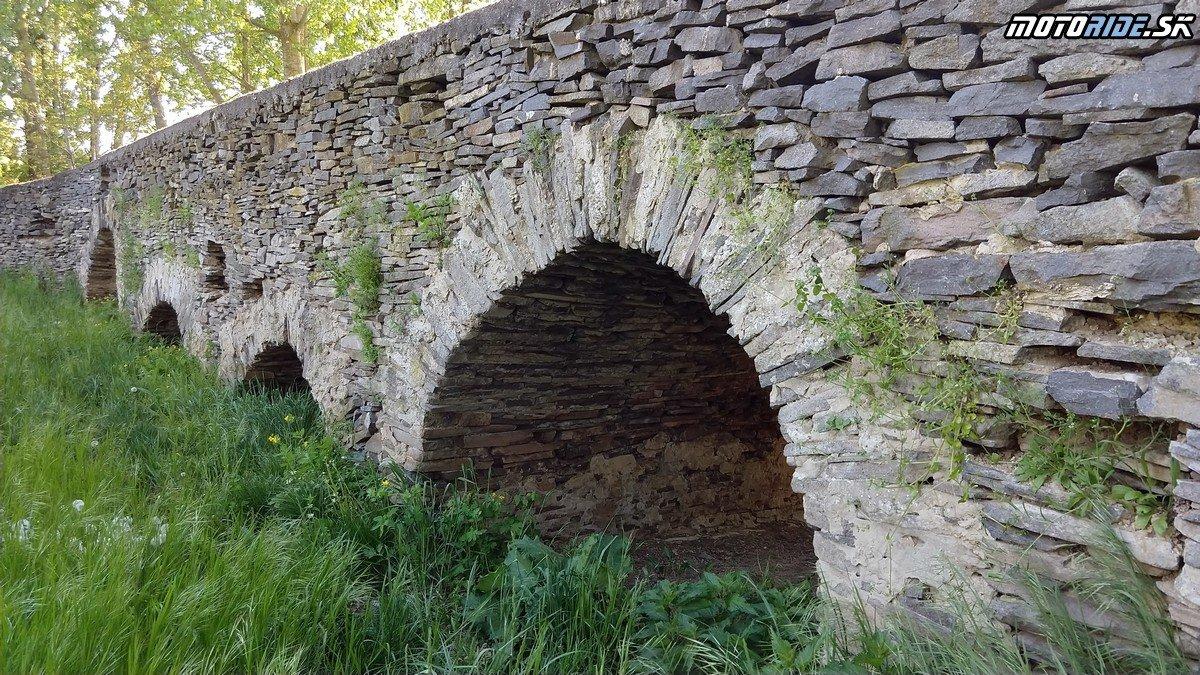 Gotický most svätého Gottharda, Leles - Krížom-krážom po Slovensku na CB500X