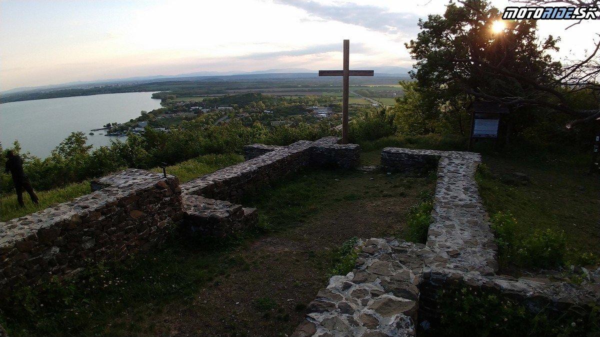 Vyhliadka na Šíravu a románsky kostolík Senderov - Krížom-krážom po Slovensku na CB500X