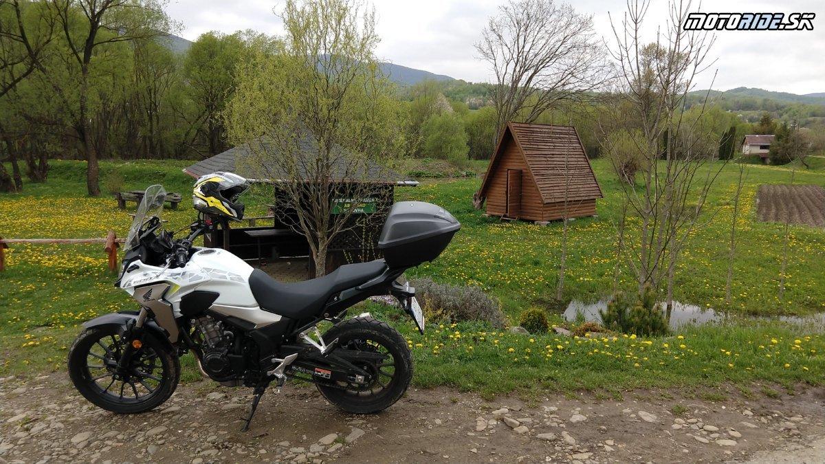 Turistický prístrešok, minerálny prameň a táborisko, Zboj - Krížom-krážom po Slovensku na CB500X