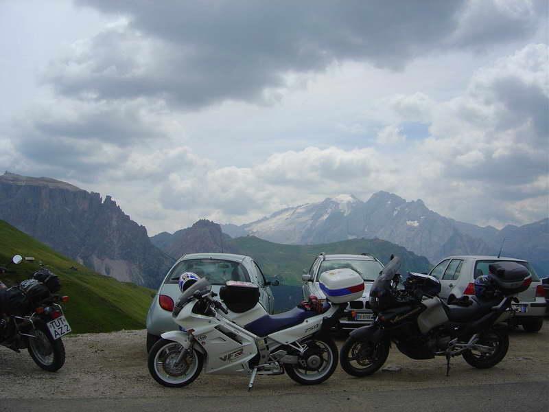 Foto 27: Takto to vyzerá na Sellajochu (2240m) v hlavnej turistickej sezóne... ani sa nedá urobiť nerušený záber motoriek s Marmoladou (3342m) v pozadí. Marmolada je pýcha hôr, a z osady Malga Ciapella (pod Passo di Fedaia) sa na ňu dá dostať tromi úsekmi lanovkou, ani to nie je príliš drahé