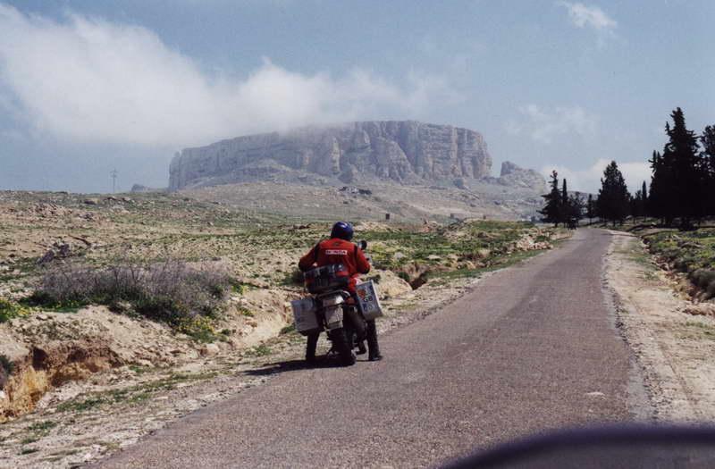 V pozadí El Jugurtha