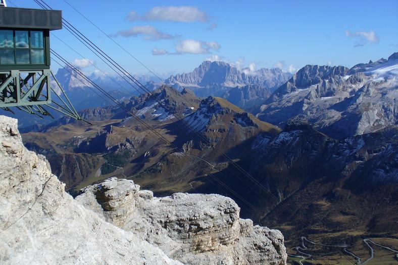 Pohľad zo Sass Pordoi na serpentíny Pordoi Jochu, v pozadí Monte Civetta