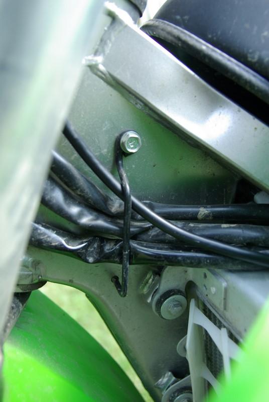 Garmin zumo 660 - vedenie kabeláže popri originálnej kabeláže motocykla