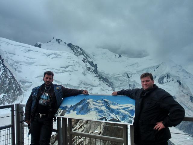 Mont Blanc v pozadí v mrakoch