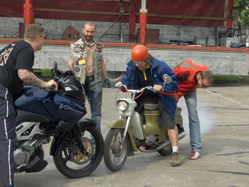 Tuto super fotku, sme spravili na zraze na Ružinej. Je na nej Jožo Pročko, ako sa snaží gumovať...