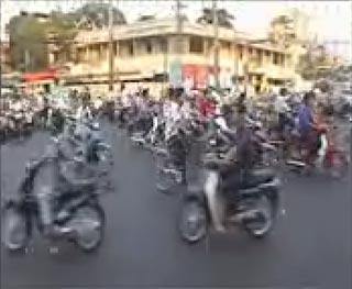 A že BA je zapchatá, alebo ako jazdiť na moto v Saigone...<br /> WMV, 180x144, 12.5 fps, 3 min 24 sek, 2,94 MB
