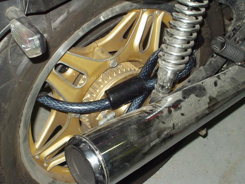 Zámok č. 2, inštalácia na zadnom kolese: násilné otváranie ohrozovalo motorku