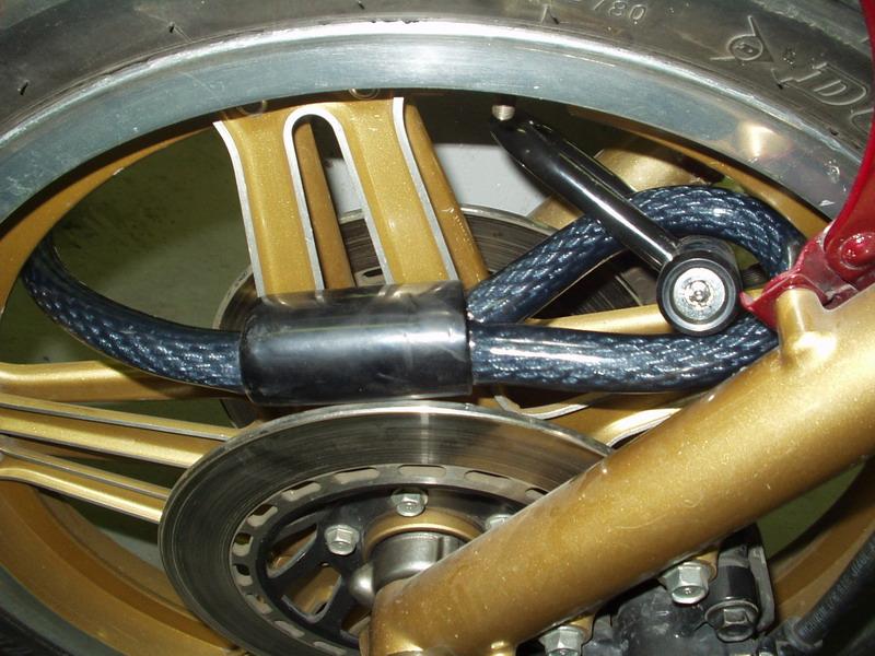 Zámok č. 2, inštalácia na prednom kolese: dovozca ho nainštaloval podľa odporúčaní