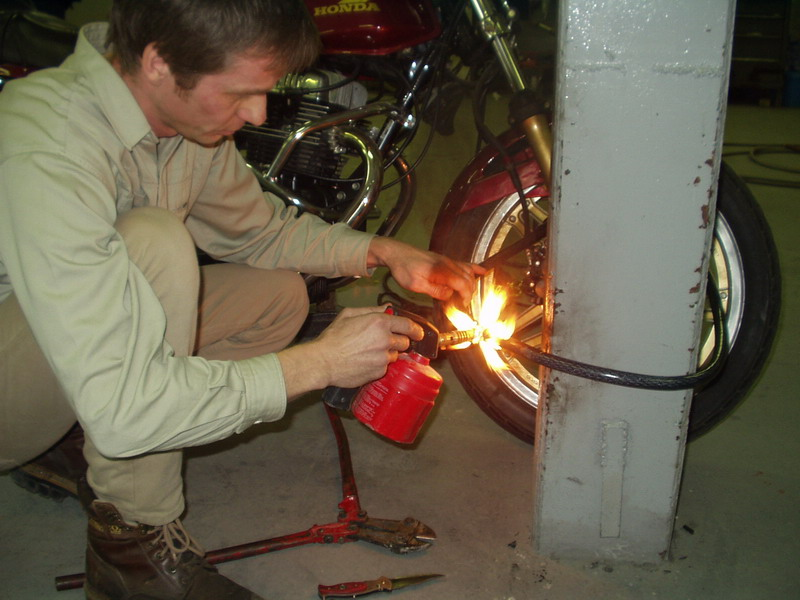 Zámok č. 2, inštalácia na prednom kolese: najprv nahriatie led-lampou...