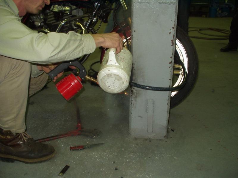 Zámok č. 2, inštalácia na prednom kolese: ...potom ochladenie tekutým dusíkom