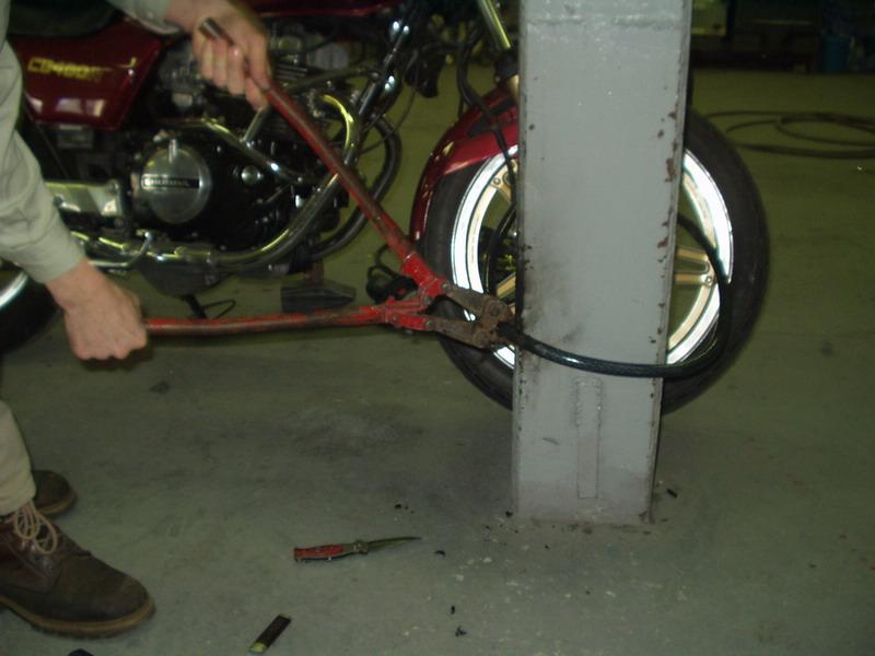 Zámok č. 2, inštalácia na prednom kolese: a namáhanie nožnicami